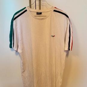 Én fed h2o t-shirt - næsten ubrugt.  Send gerne en besked angående pris eller fragt; 28608636