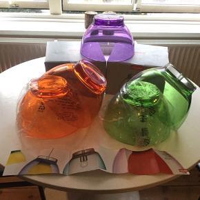 Colors of Copenhagen Transparente lampeskærme i akryl, sælges...    De 2 orange er helt nye, hvor de andre har været oppe at hænge, og bære lidt præg deraf..    De måler 26 cm Ø..   De koster 100.kr pr stk, eller 400 samlet..     SE OGSÅ ALLE MINE NADRE ANNONCER.. :D