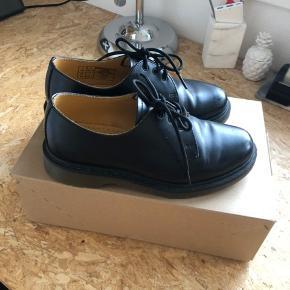 Super lækre Dr. Martens sko som er brugt få gange. Der er et par ridser i læderet, ellers fremstår de som rigtig fine.   OBS 🚭 Fra ikke-ryger-hjem 🔁 Bytter ikke 📦 Fragt betales af køber  💁♀️Jeg kan mødes