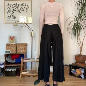 Sorte bukser med fin slå om/binde detalje 🧡