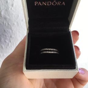 Str. 54, 135kr pr. stk. Kan bruges alene og sammen med andre ringe. Alle sten intakte. Ringene er buede i deres udformning, og er meget flotte sammen.