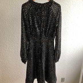Sort kjole med guld glimmer / palietter 😍. Størrelse 34 / XS