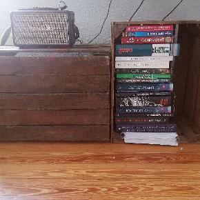 Gamle, men gode og solide kasser! :) Kan bruges til alle mulige ting! Jeg har i alt 4 kasser.  En kasse koster 130 kr. Køb alle fire og få 10 % rabat 🙌🙌