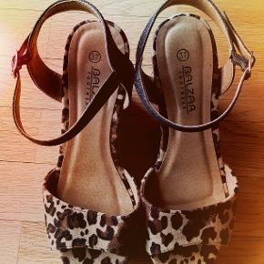Et par helt nye sandaler, Bazar str. 37, med høj sål, 9 cm bag og 3 cm foran.