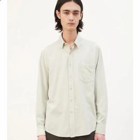 Our legacy classic shirt i råsilke model / farve translucent pistachio. Aldrig brugt. Mp. 800kr. Str.50 fitter en M(løst) og L.