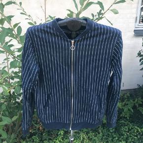 Lækker stribet mørkeblå trøje fra Asos i str 42 Byd gerne