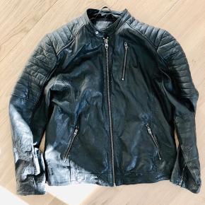 Ingen skader på jakke. Den bliver aldrig brugt selvom det er en lækker jakke.