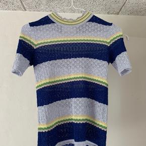 Sælger denne flotte trøje fra Samsøe & Samsøe i en størrelse Small. Trøjen har to små pletter (ses på billede to og tre) som jeg ikke kan få vasket af, men fejler udover det intet.  Skriv ved spørgsmål eller flere billeder.  Køber betaler forsendelsen 🦋💙
