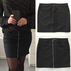 Fed coated sort nederdel med lynlås detalje foran fra ONLY. Str. 36. Brugt 2 gange, er som ny. Nypris: 300 kr.