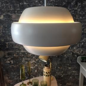 En virkelig flot og anderledes loftslampe i et design der oser af kvalitet og leder tanker hen på UFO & PH  PRIS 900.kr