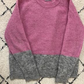 Fin strik trøje i lyserød og grå fra Envii.  Kan afhentes i Århus C eller sendes på købers regning🤗 BYD gerne!