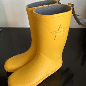 Varetype: Gummistøvler Farve: Gul Oprindelig købspris: 299 kr.  Fine gummistøvler. Kun brugt to gange.  Bytter ikke