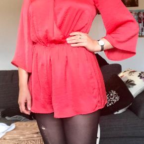 Sød rødt playsuit i satinfinish.  Jeg er 165cm og bruger normalt 38.
