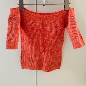 Off shoulder knit top fra Ganni.