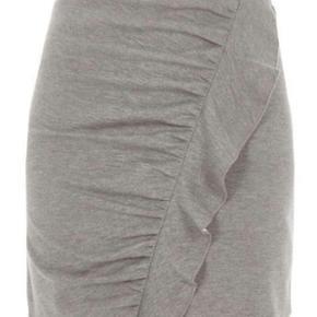 Flot grå nederdel - aldrig brugt. Jeg er 1,70 og den går mig ca 5 cm over knæet. Original prisen var 250 kr.  stof: 81 % polyester, 16 % bomuld