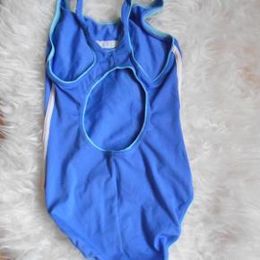 Pæn svømmedragt der passer en pige 9-10 år.  Er klor resistens.  Brugt enkelte gang og i pæn stand. Ikke slidt eller falmet.  Længde: 60 cm  Brystvidde: 60 cm  Bytter ikke. Har mobilpay.