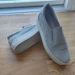 Varetype: Sko  Farve: Hvis og blå  Plateau sko, mønster, fra blueonblue, noget nede i skoene er fladet af, ellers er de i rigtig fin stand.