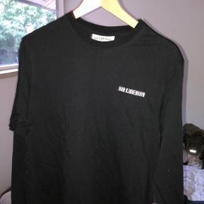 Lækker langærmet T-shirt fra Han Kjøbenhavn.  Størrelse: Large Pris 100kr  Skriv gerne ved interrese, for flere billeder eller spørgsmål:-) Hilsen Rasmus