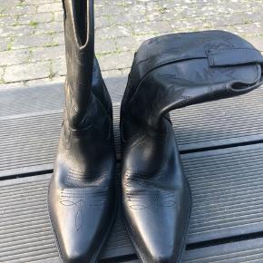 Cowboy støvler, kunne godt bruge en ny forsåling på hælen.   Nypris ca 1200kr   Køber betaler fragt og gebyr