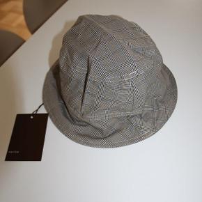 Varetype: Regn hat bøllehat Størrelse: 1-2 år Farve: Multi  Norlie yarn dyed check hat. Regnhat. Bøllehat. One Size. aldrig brugt  kr 29  Kommer fra røg-, parfume- og kæledyrsfrit hjem.   Se også min andre lækkerier ;-)  Jeg bytter desværre ikke. Men jeg arbejder i Søborg ved Gladsaxe Trafikplads og kan mødes og handle på hverdage i dagstimerne.