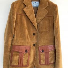 Vintage Prada jakkke  Ostrich skin elements  shoulders 38 cm  armpit width 46 cm  length 70 cm  shoulder / armpit - 62 cm  Købt for næsten 33000