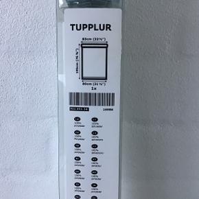 Hvidt Tupplur rullegardin fra IKEA. Bredde 83 cm. Længde 195 cm Aldrig brugt, stadig i original omballage. Pris eksl. porto