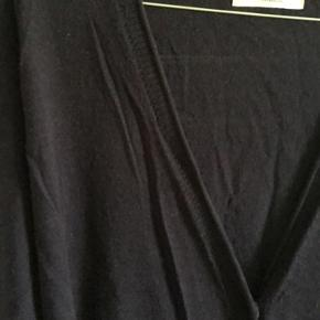 Mørkeblå. Fin tynd uld med perlemorsknapper. 88 cm lang.