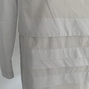 Super fin COS bluse i 100% bomuld str. 36. Ser ud som ny og uden guldninger eller pletter. Fra ikke ryger hjem. Sendes gerne mod betaling af porto 38,-kr.