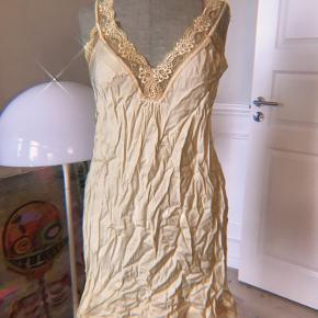 💛✨🌼Smuk lille gul/guld slip kjole/underkjole. Meget let og fin. Har aldrig brugt den, og mærket sidder stadig på. Fra et Fransk mærke som hedder Farfalla Paris🌼✨💛