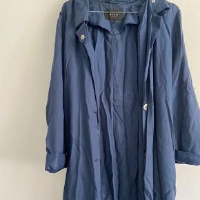 Sælger denne forårsjakke i mørkeblå fra VILA. Str L (bruger selv M normalt) og ikke brugt meget - dog meget krøllet på billedet...