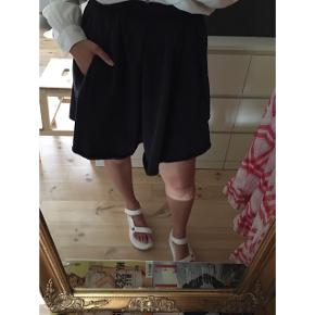 Sælger denne fine klassiske og tidsløse nederdel fra American Vintage. Den er med lommer og skjult lukning i den ene side. Den er højtaljet og falder smukt på.  American Vintage er kendt for deres gode pasform og høje kvalitet.  Jeg synes det er småt i str og denne er i str l (jeg bruger s-m). Den måler 74 cm i livet og er 50 cm i længde.  Ny pris var 1000,-.  #trendsalesfund