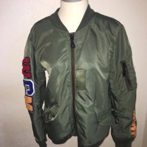 Grøn bomber agtig jakke fra bape. Størrelse medium - men syet lidt kortere i ærmerne.