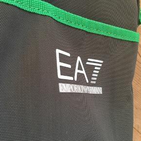 Rigtig fin Emporio Armani taske, i en flot grøn farve. Kvittering haves ikke, da det var en gave.  Skriv for yderligere info, eller billeder.