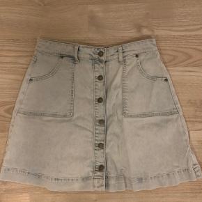 Smart nederdel i meget blødt stof.  Rigtig lækker at have på😊