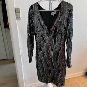 Smuk paillet kjole fra Dry Lake   Nypris 2200kr   Fiter normal size S   Brugt én gang