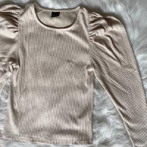 Beige bluse fra Gina Tricot 🌼 Brugt en enkelt gang.   Byd  Tags; Saks Potts, Ganni, Stine Goya, Weekday, Envii, Gestuz