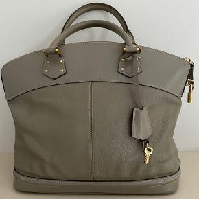 Louis Vuitton Lock it taske meget rummelig i farven taupe inkl dustbag og ægtehedsbevis lidt brugsspor på bunden ellers fin højde 29 bredde 39