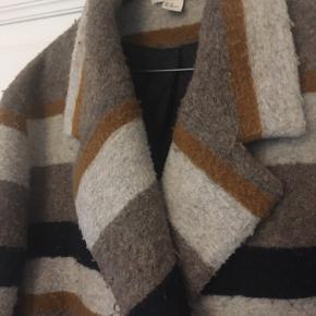Skøn vamset jakke, 95 cm lang, 60 ø cm bred. Lukkes m knapper