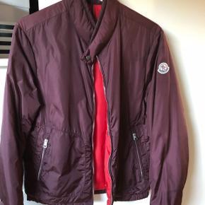 Meget flot rød Moncler herre jakke str. 1. Men den er lidt stor i det. Svaret til en str. M. Den er helt som ny.
