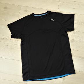 Løbetøj, T-shirt Herremodel, Herremodel, Ozon, str. M  Ubrugt  En rigtig flot sort løbe t-shirt fra Ozon  Sender gerne hvis køber betaler fragt 37 kr
