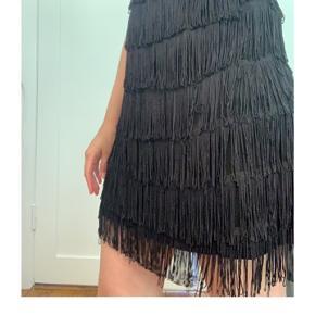 Sort charleston kjole med frynser str M, god til fest og byture