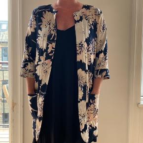 Fin kimono med blomsterprint. Jeg er 165cm høj