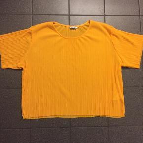 T-shirt fra Monki i str. M. Stoffet er lidt gennemsigtigt.