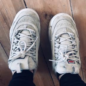Brugstegn indvendig - skosålerne kan evt. udskiftes. Ellers i fin stand.   Fragt: Kan afhentes i Aarhus C eller sendes på købers regning!  Alle mine varer kommer fra et røgfrit hjem og jeg bytter ikke medmindre at andet står beskrevet.   Vh Frida Hjeresen :))