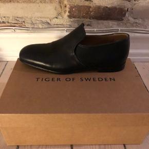 Sender ikke Tiger Of Sweden sko.  Str 42.  Helt nye og ubrugte - stadig i kasse.