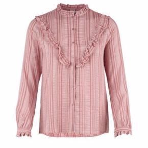 Fin skjorte fra Saint Tropez med flæser i str. S. Nypris 399,-  Brugt få gange.