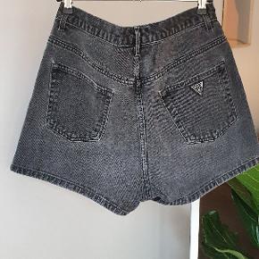 Jeans shorts i mørkegrå fra Guess Jeans i str. 30. Jeg er en 38/M og de sidder perfekt.