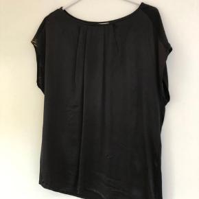 PBO bluse med læg foran ved halsen. Jeg har en i sort og en i blå. Kan sendes mod betaling af porto kr. 40,00 med DAO.