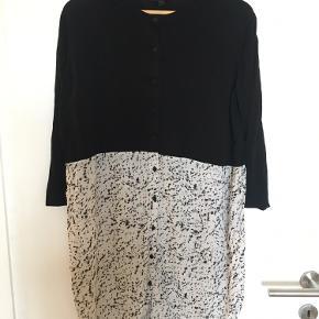 Fin kjole fra COS. Materiale: bomuld og silke.   Se mine andre annoncer. Ved køb af flere items finder vi en god pris:)   Ingen returnering, køber betaler fragt.