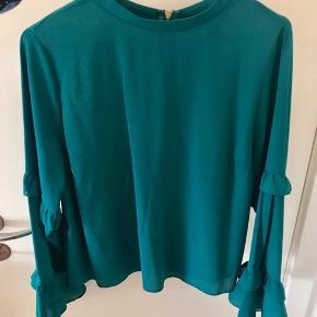 Fin mørkegrøn bluse med fine lange ærmer.  Købt i London i Primark, og kun brugt én gang.  Størrelsen er 42, men svarer nærmere til en 38/medium.